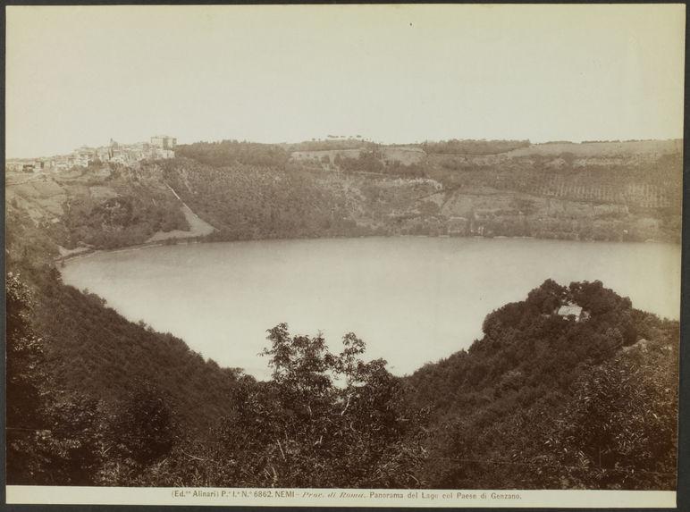 Prov. di Roma. Panorama del Lago col Paese di Genzano