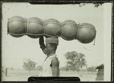 Sans titre [homme transportant plusieurs poteries sur sa tête]