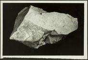 Pièce massive en quartzite, à base quadrangulaire. Série III : émoussée...