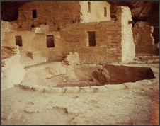 Mesa Verde. [Constructions troglodytiques sous une falaise]