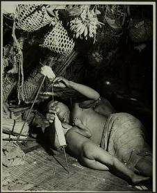 Sans titre [femme allaitant couché dans une habitation, en train d'effectuer des...