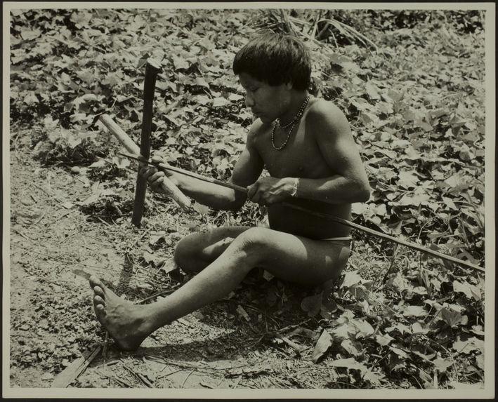 Sans titre [homme assis, de profil, taillant une lance en bois]