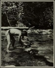 Sans titre [homme de profil, les pieds dans la rivière, penché en avant, les...