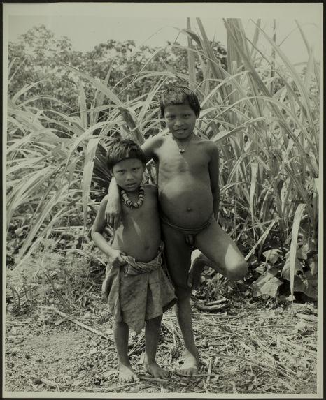 Sans titre [deux jeunes garçons, en pied, de face, un nu le second avec un pagne et bijoux]