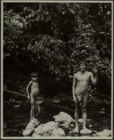 Sans titre [un jeune homme et un petit garçon de face, en pied, tiennent deux...
