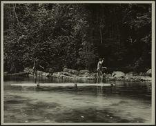 Sans titre [deux hommes en pied, en train de pêcher, vue de dos]