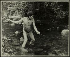Sans titre [un homme en pied, en train de pêcher, de trois quarts]