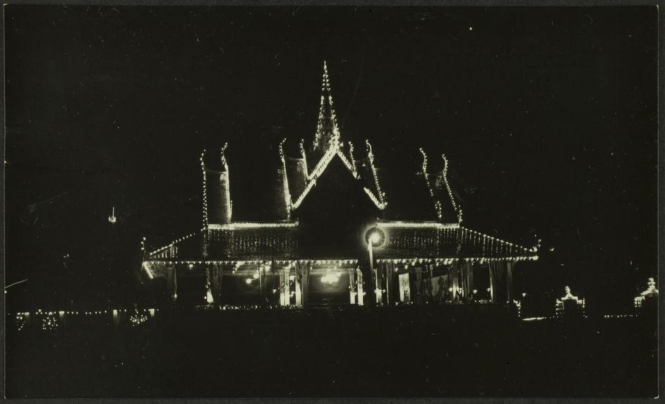 Juillet 1928. Fêtes du couronnement de S. M. Monivong. Illuminations de l'ancienne salle de danse, et illumination d'un navire de guerre mouillé dans le Tonlésap