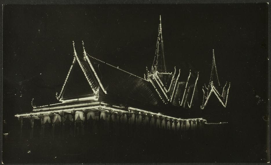 Juillet 1928. Fêtes du couronnement de S. M. Monivong. Illuminations du Palais Royal à Phnom Penh (vue prise du boulevard du Palais), et de la Salle du Trône