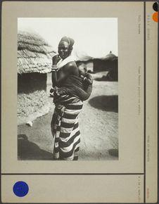 Mali (Soudan). Femme Bambara portant son enfant