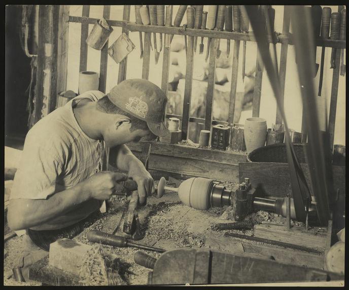 Sans titre [homme fabricant un verre à pied en bois tourné]]