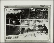 Sans titre [fabrication du papier japonais; femmes agenouillées au bord de...