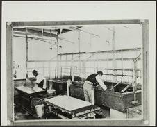 Sans titre [fabrication du papier japonais; une femme étalant une feuille, un...