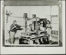 Sans titre [fabrication du papier japonais; deux hommes utilisant une presse]