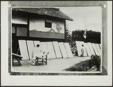 Sans titre [fabrication du papier japonais; femmes devant des planches...