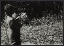 Sans titre [femme tenant une branche de feuilles dans la main]