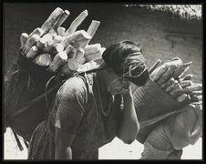Sans titre [femme transportant des tubercules de yuca]