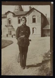 Sans titre [Gabriel Monod-Herzen devant l'Ermitage de Saint-Nicolas-des-Bois]