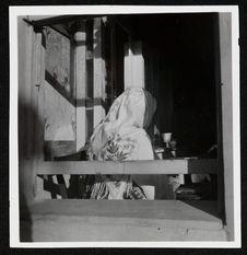 Skoplje : femme coiffée d'un châle blanc brodé