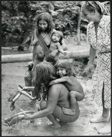 Andrée Aubert et Amérindiennes préparant un singe pour la cuisson