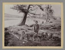 Sans titre [jeune homme et enfants posant près d'un lac]