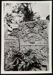 Stèles sculptées dans le cimetière juif
