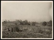 Dako [deux hommes et village à l'arrière plan]
