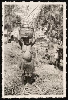 Femmes Babinga employées dans une huilerie à Imessé