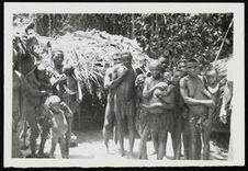 Babinga devant leur campement dressé près de Mindjoukou