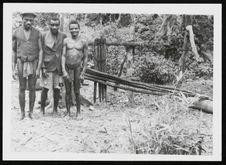 Chefs Babinga devant leur presse à huile