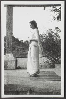 Sans titre [portrait d'une femme en sari classique, de profil, en pied]
