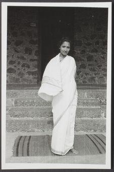 Sans titre [portrait d'une femme en sari, de face, en pied]