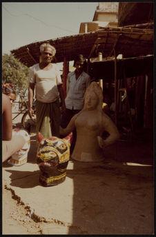 Sri Krishna Mahapatra exécute les mannequins de papier