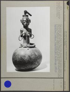 Statuette magique représentant une femme émergeant d'une calebasse