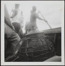 Sans titre [hommes lozi et récipient à bord d'une embarcation]