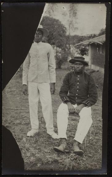 Sans titre [portrait de deux hommes, en vêtements occidentaux]