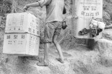 Porteur transportant des marchandises de Chine. Dong Dang. Vietnam, 1991