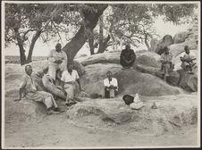 Sans titre [portrait de groupe d'hommes assis sur des rochers]