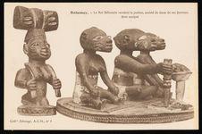 Le roi Béhanzin rendant la justice, assisté de deux de ses femmes.