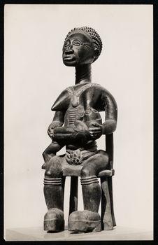 Statue commémorative baoulé représentant une mère allaitant son enfant