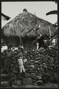 San Pedro-la-Laguna, enfants zutujil devant une maison du village