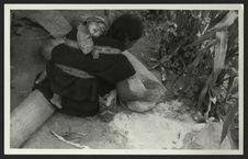 Eine Paez Indianerin in Begriffe, Mais auf dem Reibstein zu zerkleinern