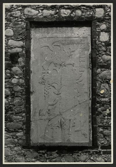 Palenque, bas-relief en pierre, maintenant muré dans l'église du village