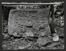 Yaxchilan, partie supérieure d'une stèle anthropomorphe