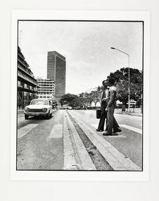 Sans titre [deux hommes traversant une rue, quartier du Plateau, Abidjan]