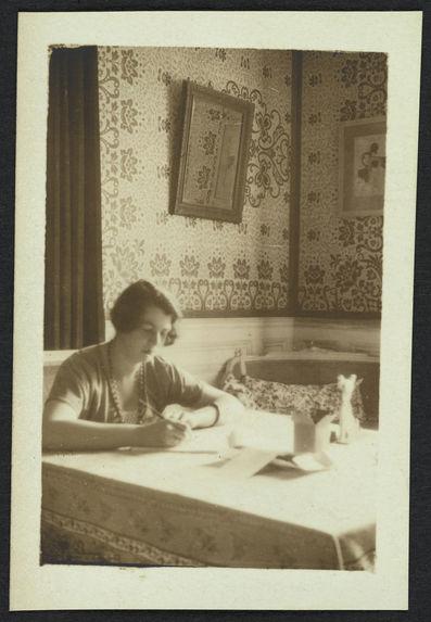 Ermitage [une femme dans un intérieur]
