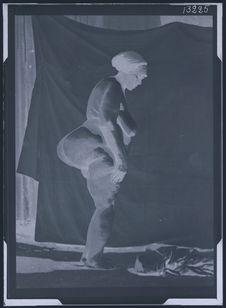Sans titre [femme boschimane nue de profil. Stéatopygie]
