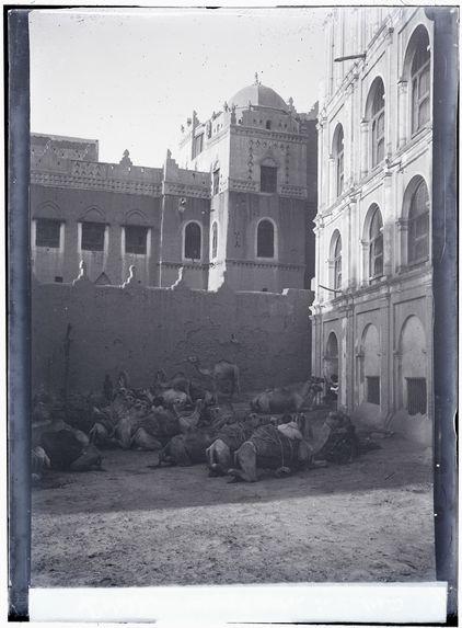 Devant le palais du Sultan