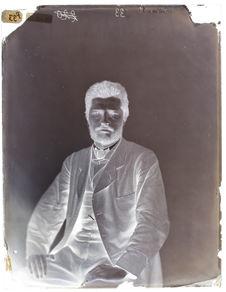Lithuanien [Portrait de face d'un homme assis sur une chaise]
