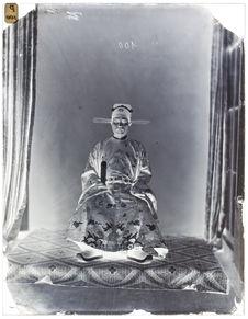 Cui-Giant-Thenh, [Portrait de face d'un homme assis sur une chaise]